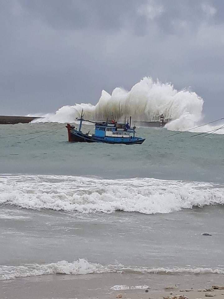 Nước dâng, sóng lớn ở huyện đảo Phú Quý, Phan Thiết đang mưa - ảnh 1