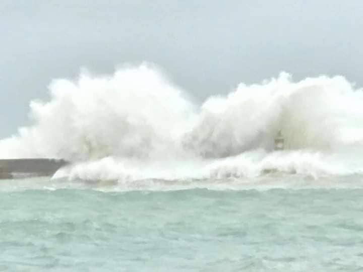 Nước dâng, sóng lớn ở huyện đảo Phú Quý, Phan Thiết đang mưa - ảnh 2