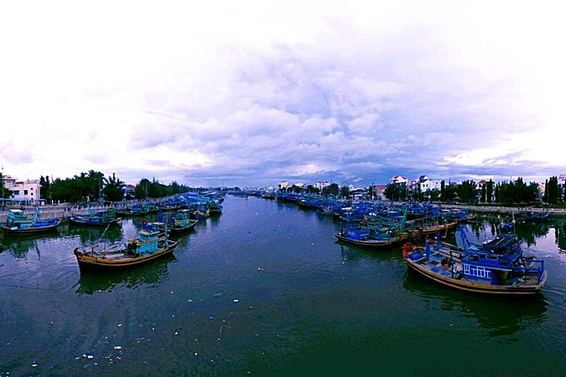 Bình Thuận giải tỏa lệnh cấm, cho tàu thuyền ra khơi - ảnh 1