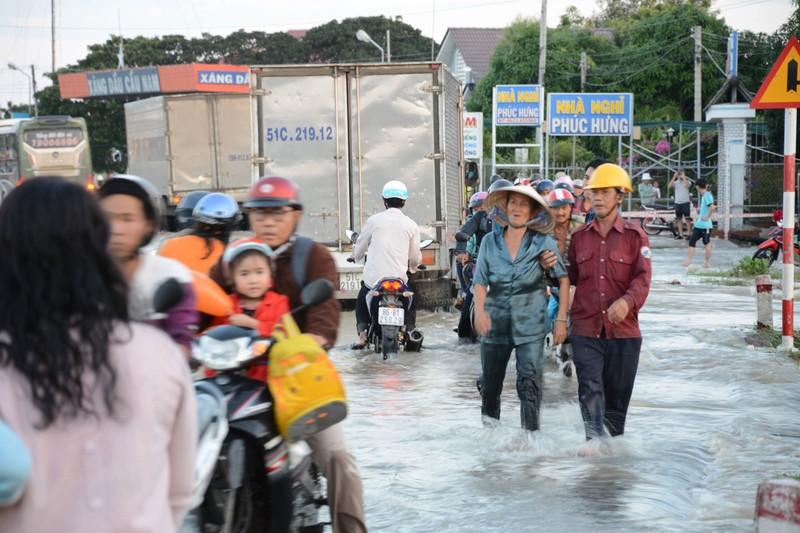 Quốc lộ 1 đoạn qua Bình Thuận ngập nước, phải đi đường vòng - ảnh 1