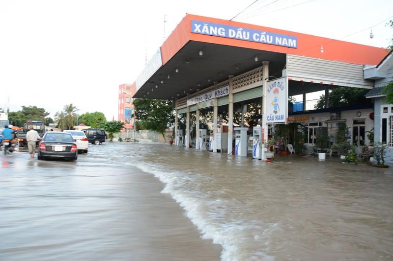 Quốc lộ 1 đoạn qua Bình Thuận ngập nước, phải đi đường vòng - ảnh 2