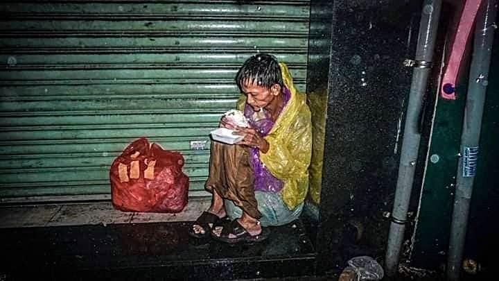 Tình người trong bão lũ: 'Biển báo sống' giữa đường  - ảnh 5