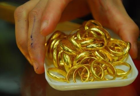 Lúng túng xử lý 5 túi vàng của cụ ông lượm ve chai - ảnh 1
