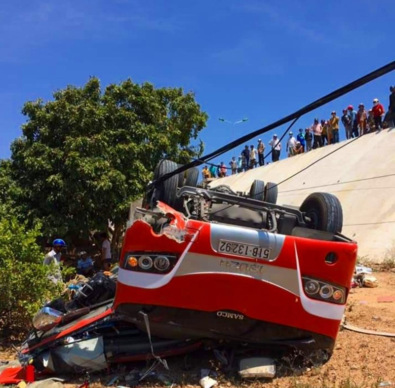 Xe khách lao xuống vực, 1 người chết 5 người bị thương - ảnh 1