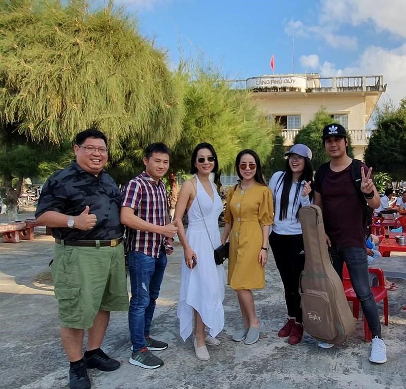 Nguyễn Cao Kỳ Duyên hát bằng loa kẹo kéo khi bị huỷ diễn - ảnh 1