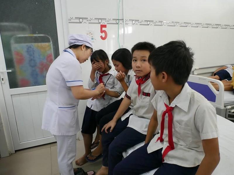 30 học sinh tiểu học nhập viện nghi bị ngộ độc sữa - ảnh 1