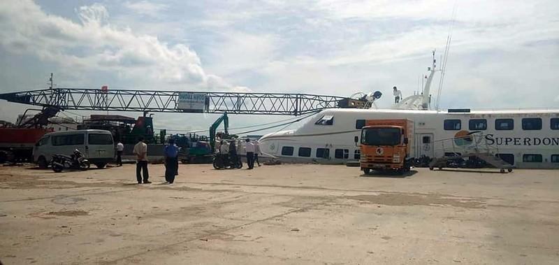 Cần cẩu sập, đè tàu cao tốc Superdong mới đóng 2 triệu USD  - ảnh 1