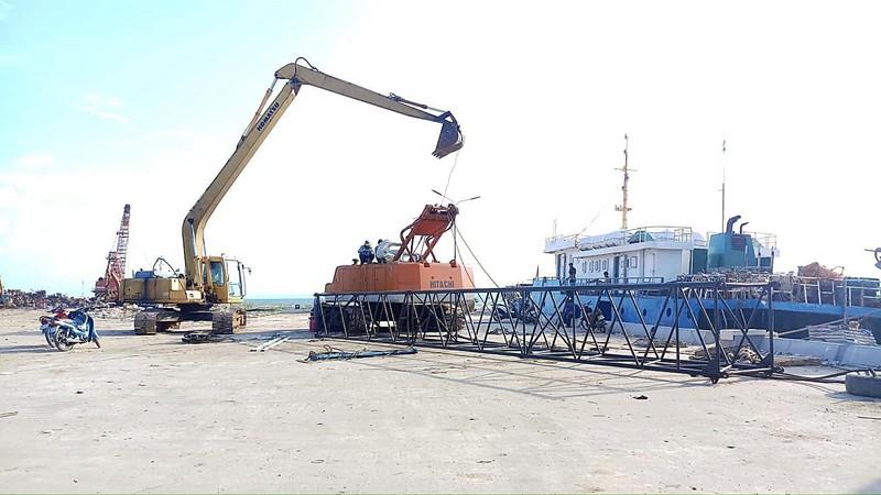 Cần cẩu sập, đè tàu cao tốc Superdong mới đóng 2 triệu USD  - ảnh 2