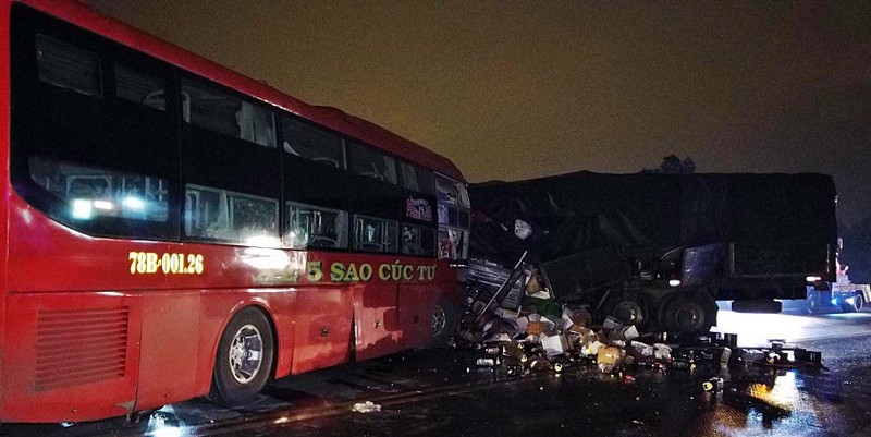 Xe khách đối đầu xe tải, 2 tài xế tử vong, 10 người bị thương - ảnh 1