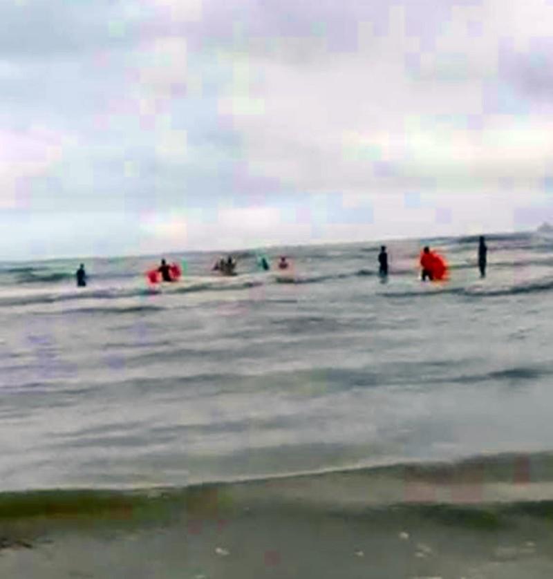Tìm kiếm 2 du khách vụ nhiều người thương vong khi tắm biển - ảnh 2