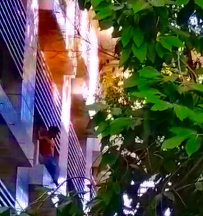 Bơm phao cứu hộ 'hứng' bệnh nhân nhảy lầu tự tử - ảnh 1