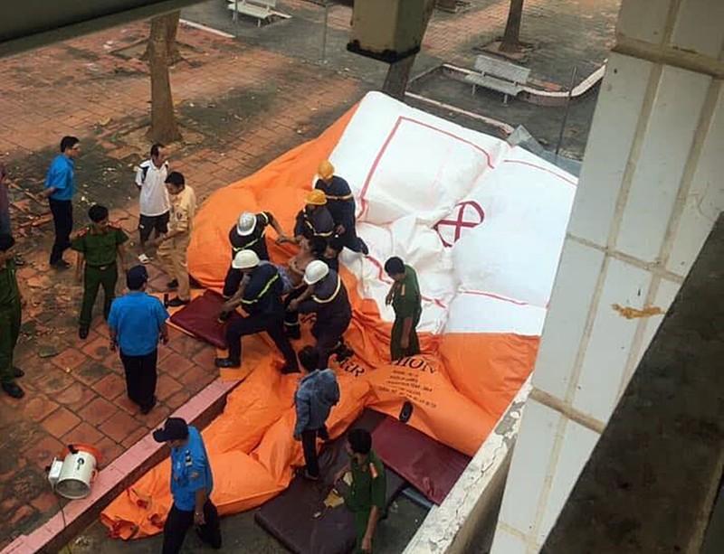 Bơm phao cứu hộ 'hứng' bệnh nhân nhảy lầu tự tử - ảnh 3