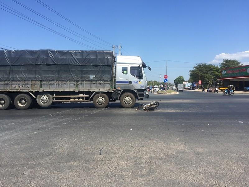 Bị truy đuổi, kẻ trộm bị xe tải tông trúng - ảnh 2