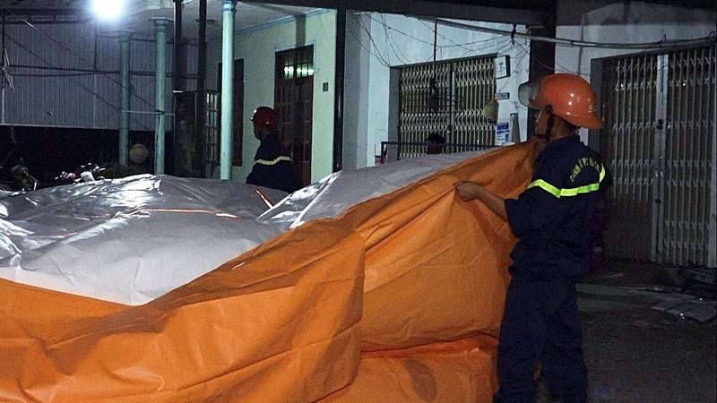 Việt kiều Mỹ hò hét, đập phá 8 giờ trên mái nhà  - ảnh 4