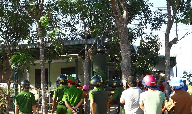 Việt kiều Mỹ hò hét, đập phá 8 giờ trên mái nhà  - ảnh 1
