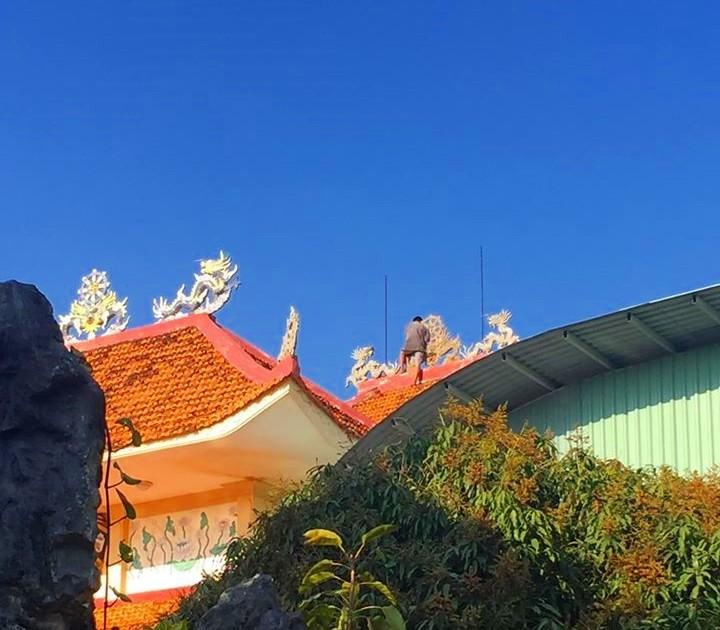 Thanh niên nghi ngáo đá leo lên nóc chùa cố thủ nhiều giờ - ảnh 3