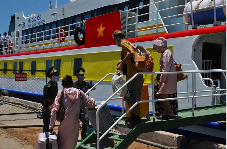 Khử trùng tàu Phú Quý Express do chở 3 khách du lịch - ảnh 3
