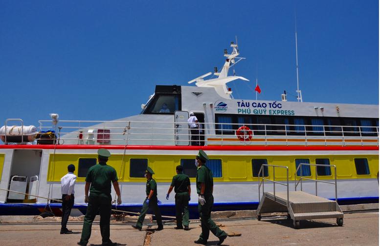 Khử trùng tàu Phú Quý Express do chở 3 khách du lịch - ảnh 1