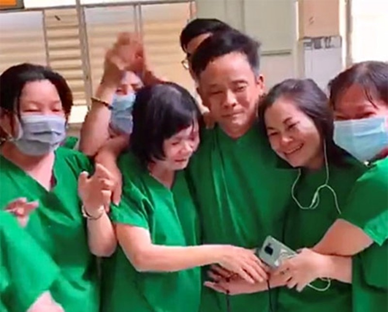 Y bác sĩ bật khóc khi bệnh nhân cuối cùng âm tính với COVID-19 - ảnh 1