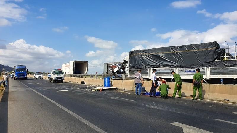 Tài xế xe tải tử vong vì tông vào ô tô đông lạnh cùng chiều - ảnh 1