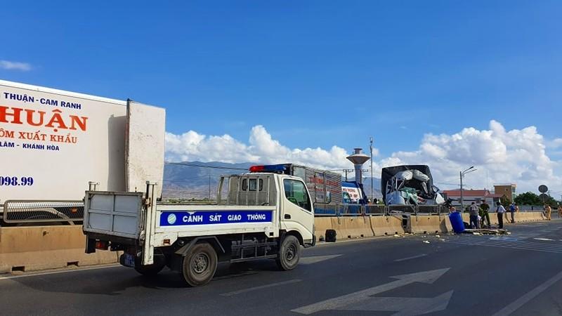 Tài xế xe tải tử vong vì tông vào ô tô đông lạnh cùng chiều - ảnh 2