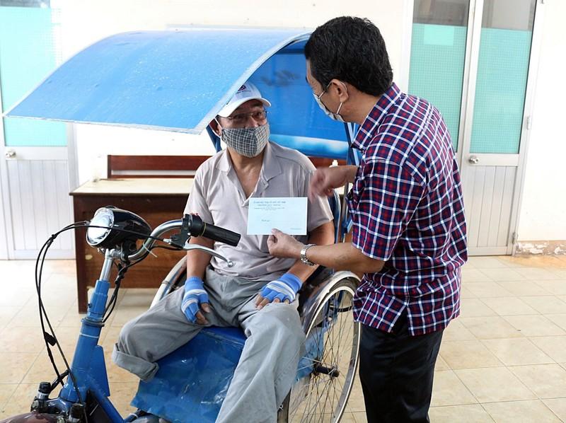 Bình Thuận: Hỗ trợ 2,2 tỉ đồng cho hơn 3.000 người bán vé số - ảnh 1