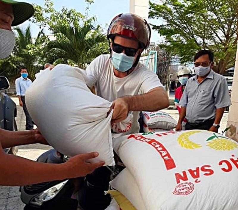 Du khách nước ngoài chở gạo tới ủng hộ ATM gạo Mũi Né - ảnh 1