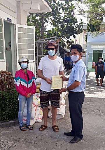 Du khách nước ngoài chở gạo tới ủng hộ ATM gạo Mũi Né - ảnh 3