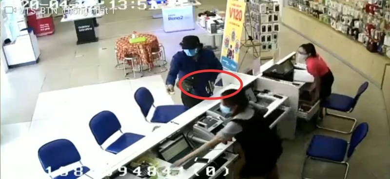 Clip ghi cảnh người nước ngoài 'ảo thuật' lấy tiền 1 cửa hàng - ảnh 1