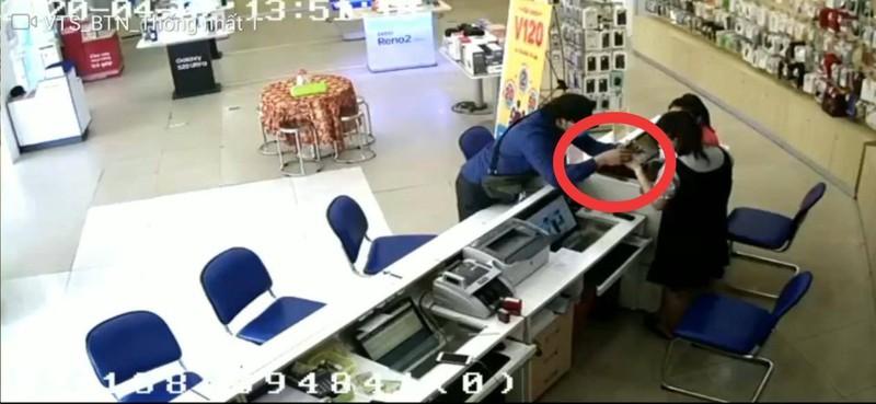 Clip ghi cảnh người nước ngoài 'ảo thuật' lấy tiền 1 cửa hàng - ảnh 2
