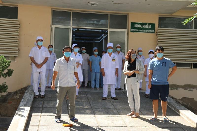 Bệnh nhân 34 cùng chồng con, con dâu, cháu được xuất viện - ảnh 1
