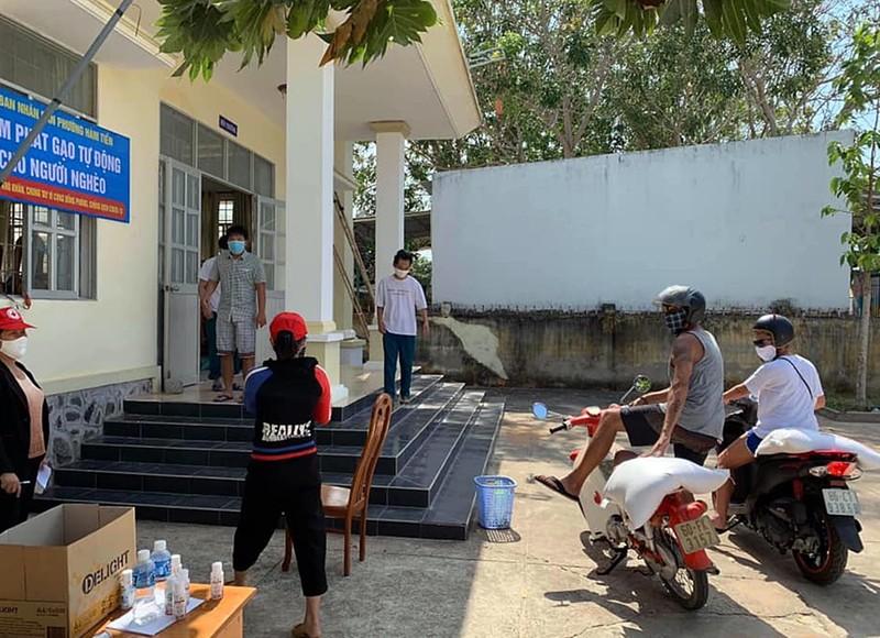 Tìm thấy 2 khách Tây chở gạo giúp dân nghèo gây 'bão mạng' - ảnh 1