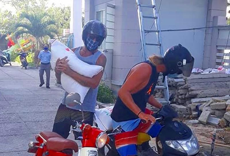 Tìm thấy 2 khách Tây chở gạo giúp dân nghèo gây 'bão mạng' - ảnh 3