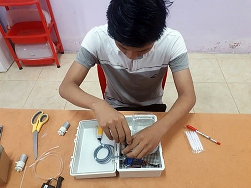 Bình Thuận: HS chế tạo máy rửa tay tự động chỉ 300.000 đồng - ảnh 1