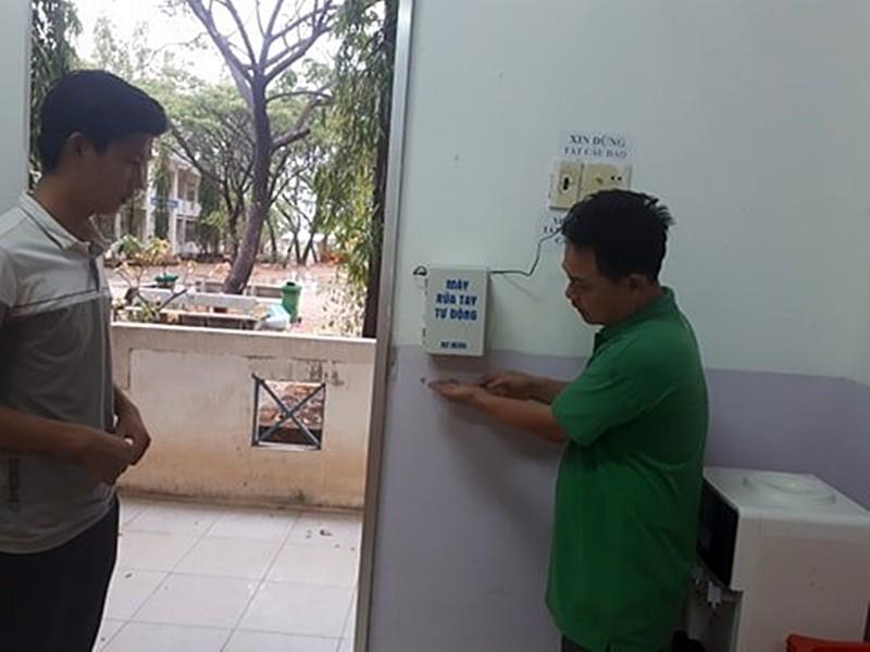 Bình Thuận: HS chế tạo máy rửa tay tự động chỉ 300.000 đồng - ảnh 3