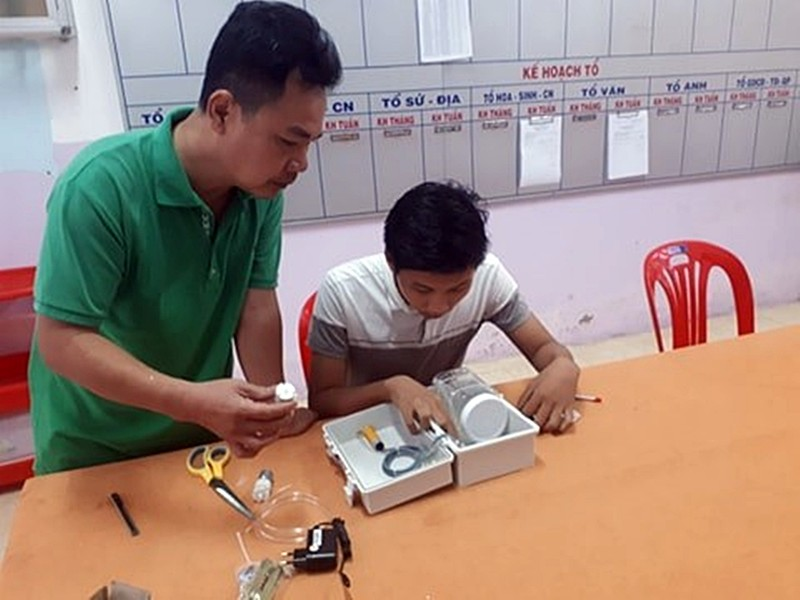 Bình Thuận: HS chế tạo máy rửa tay tự động chỉ 300.000 đồng - ảnh 2
