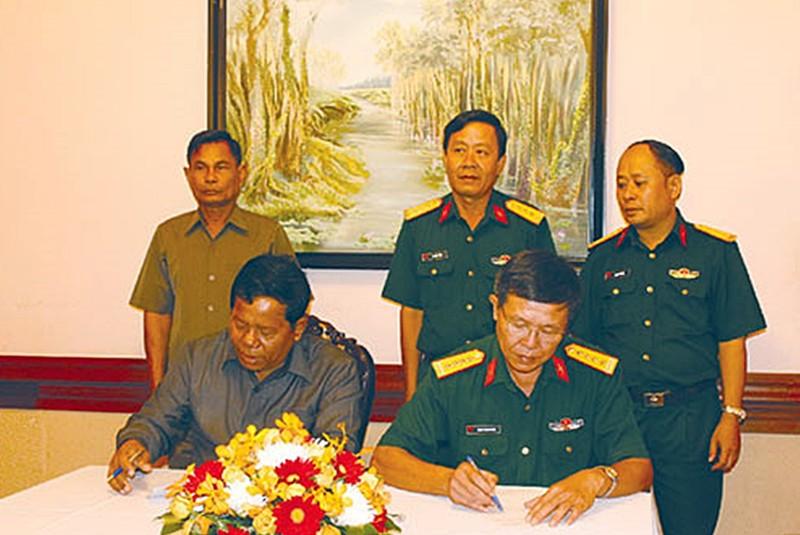 Tặng khẩu trang cho quân đội Campuchia chống dịch COVID-19 - ảnh 1