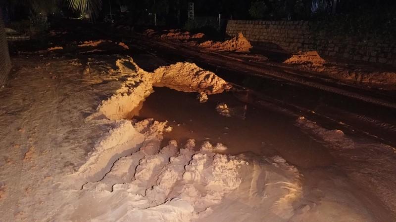 Lũ cát trên đồi cao ập xuống lấp cả đoạn đường Mũi Né - ảnh 3