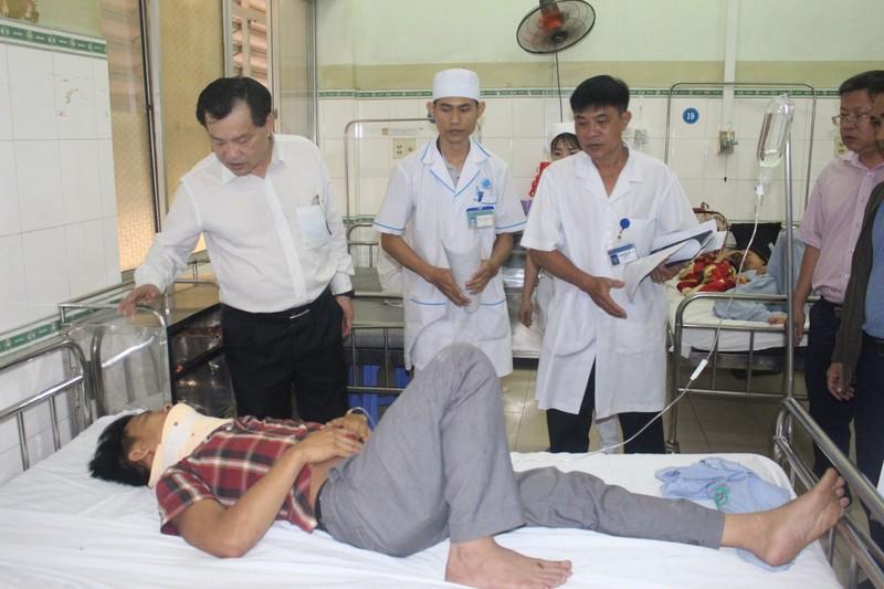 Lãnh đạo Bình Thuận vào bệnh viện thăm hỏi nạn nhân vụ tai nạn - ảnh 1