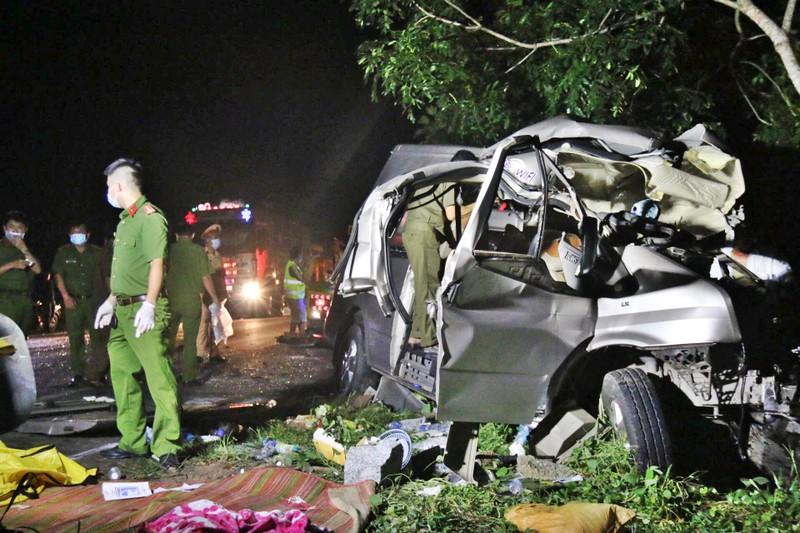 Phụ xe cầm lái vượt ẩu gây tai nạn làm 8 người tử vong - ảnh 1