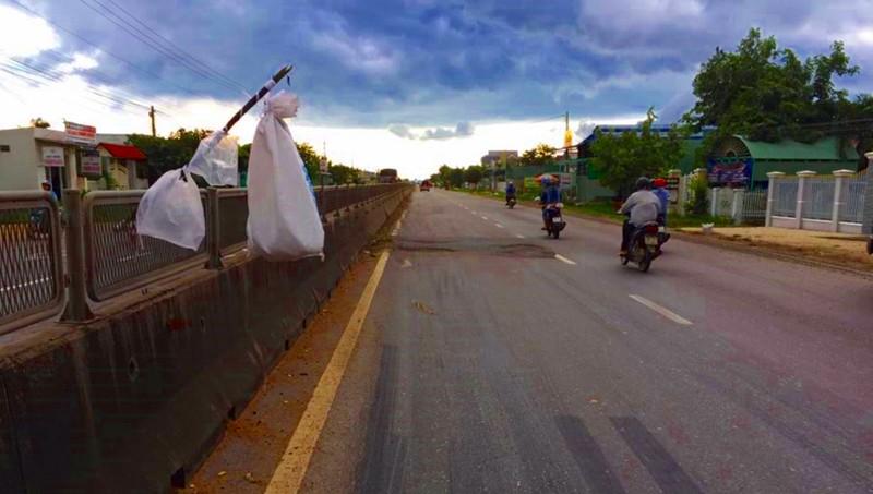 'Biển báo giao thông' trên QL1 kỳ lạ nhất Việt Nam - ảnh 1