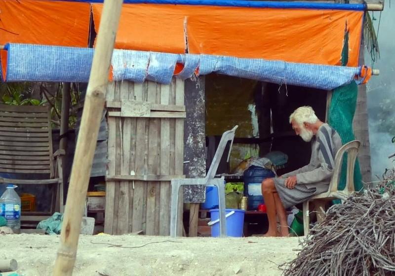 Ông Tây trong căn chòi rách và ngư dân nghèo Mũi Né - ảnh 1