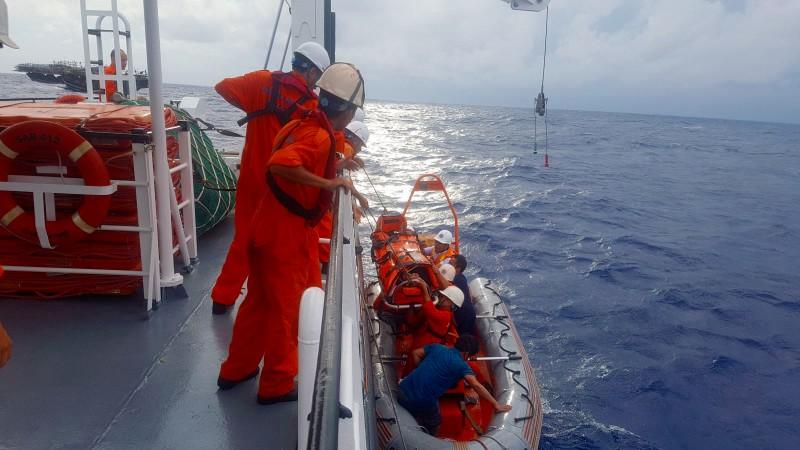 Tàu cá bị đâm chìm: 1 người mất tích, nhiều người bị thương - ảnh 1
