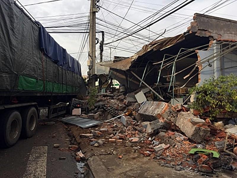 Bình Thuận: Xe đầu kéo tông sập cửa hàng bán đồ điện  - ảnh 2