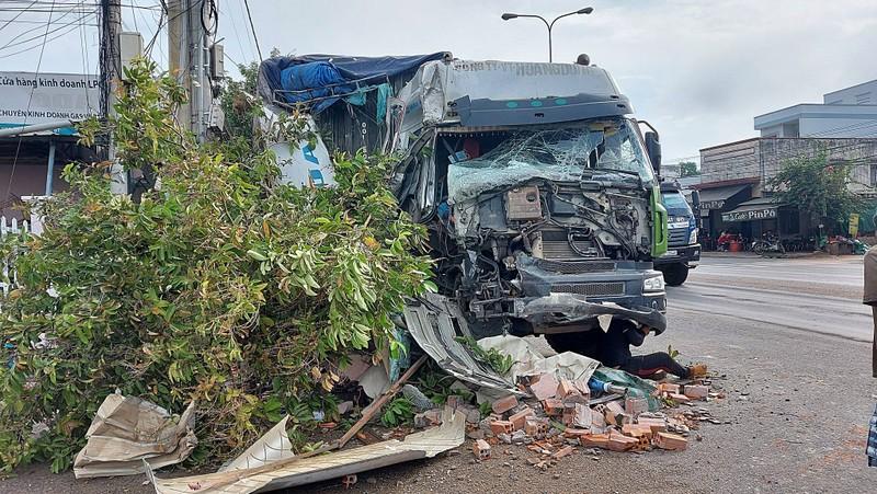Bình Thuận: Xe đầu kéo tông sập cửa hàng bán đồ điện  - ảnh 1