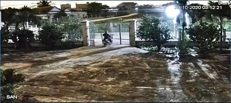 Táo tợn tông sập cổng để trộm xe máy ở Bình Thuận - ảnh 1