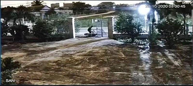 Táo tợn tông sập cổng để trộm xe máy ở Bình Thuận - ảnh 2
