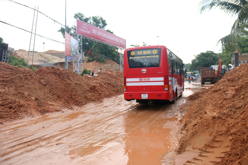 Bình Thuận: Lũ cát đỏ vùi ô tô, gây ách tắc giao thông - ảnh 1