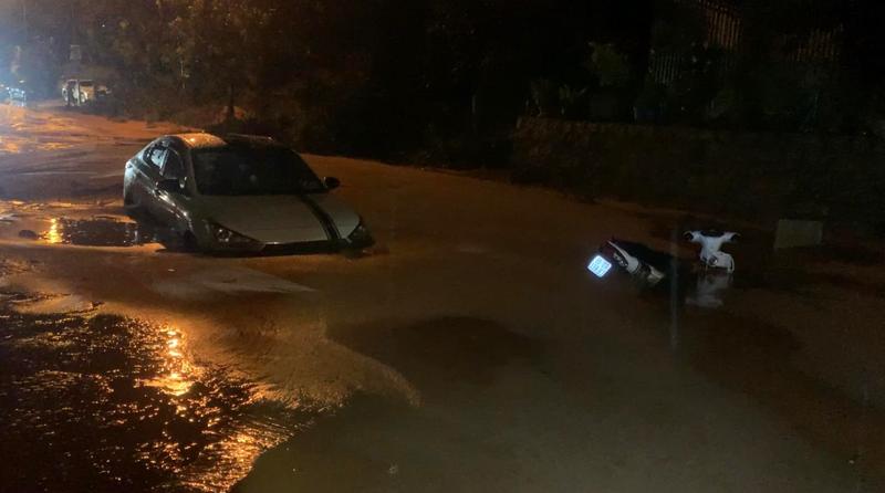Bình Thuận: Lũ cát đỏ vùi ô tô, gây ách tắc giao thông - ảnh 11
