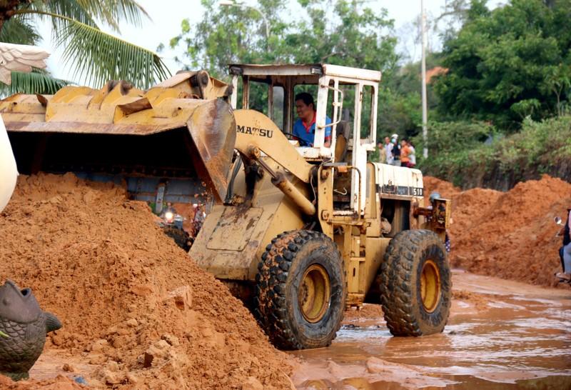 Bình Thuận: Lũ cát đỏ vùi ô tô, gây ách tắc giao thông - ảnh 4